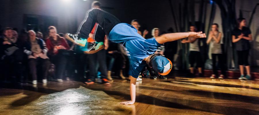 mädchen das hip hop tanzt